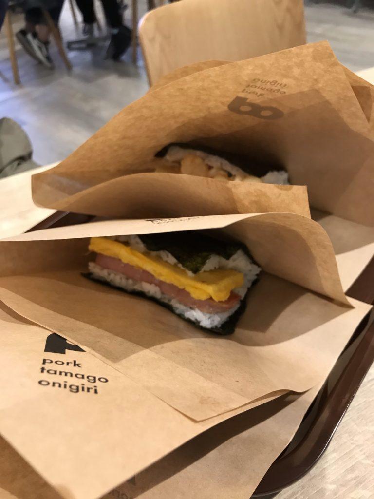那覇空港のフードコートpork tamago onigiri