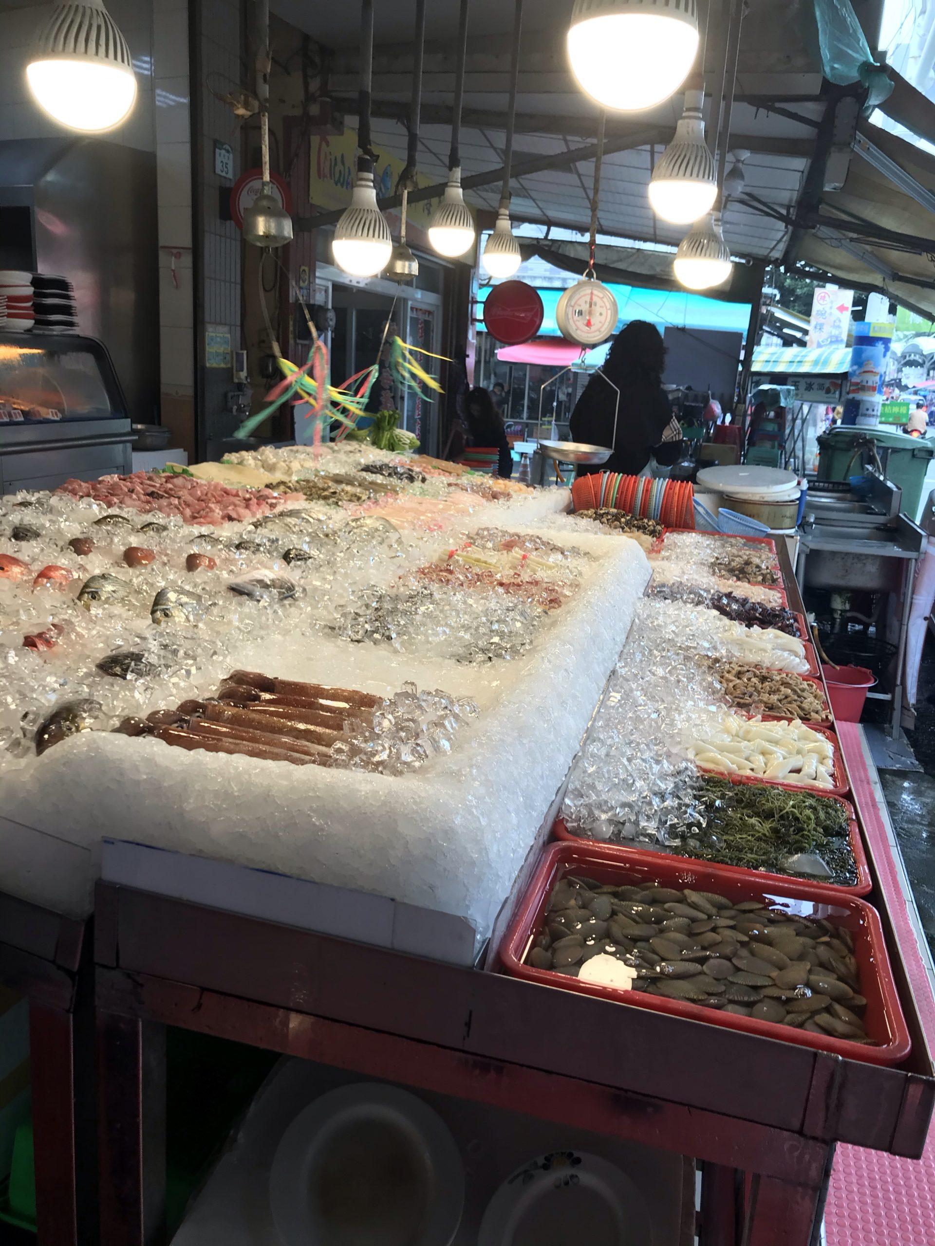 旗津島の海産物店の魚やカニ