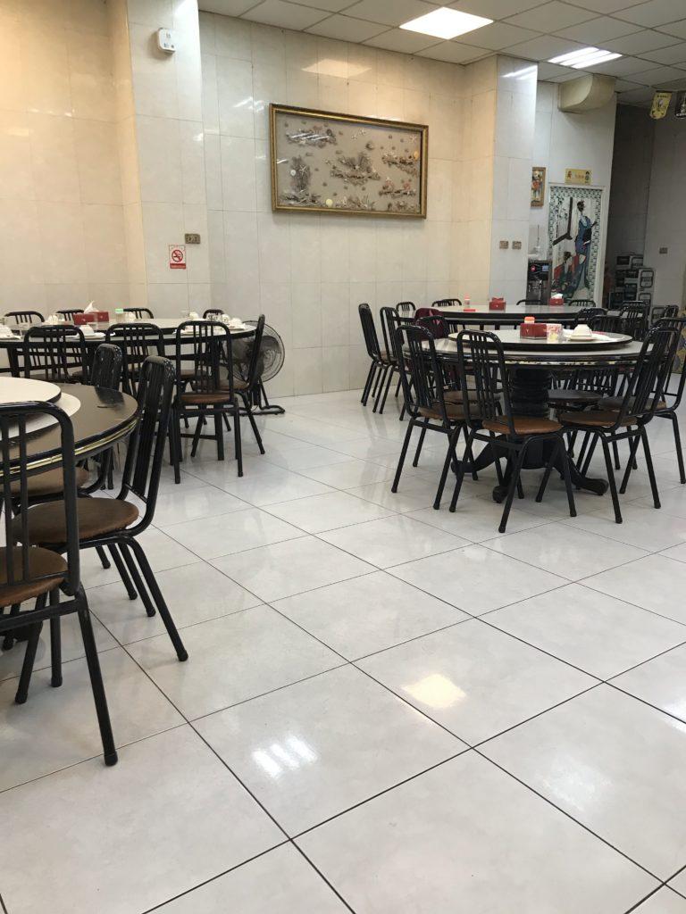 旗津島の海産物店のテーブル